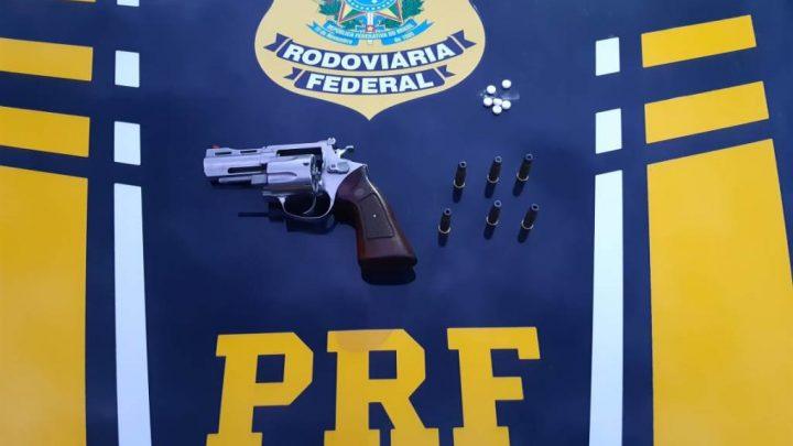 """PRF flagra caminhoneiro com revólver e comprimidos de """"rebite"""" na BR 242"""