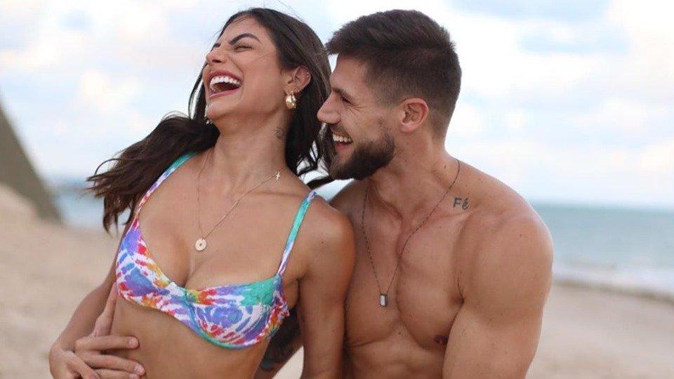 Jonas pede Mari Gonzalez em casamento em live com pais da BBB